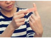 Как и чем можно вывести бородавку на пальце руки в домашних условиях