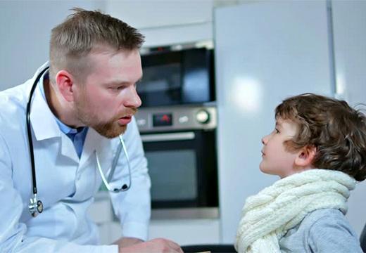 врач беседует с ребенком
