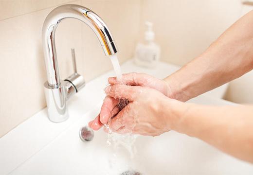 человек моет руки