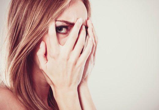 девушка прячет лицо