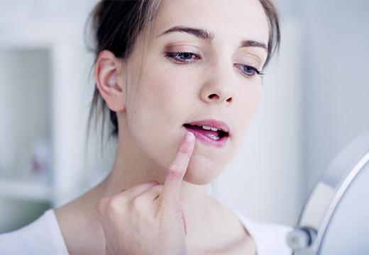 девушка трогает губу