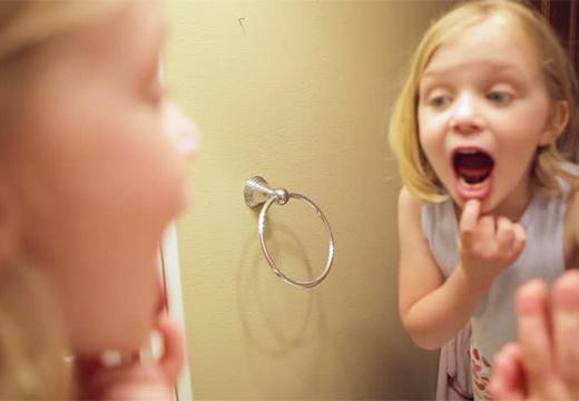девочка с открытым ртом