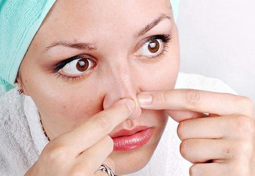 девушка трогает нос