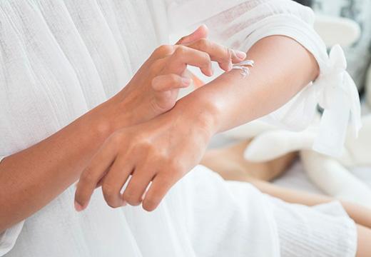 девушка мажет руку