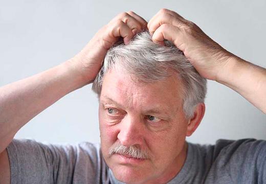 мужчина трогает волосы