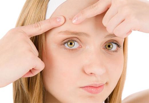 девушка держит пальцами лоб
