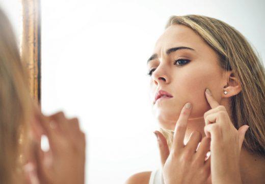 девушка изучает свою кожу
