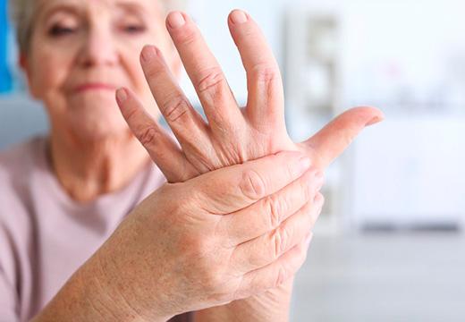 женщина держится за руку