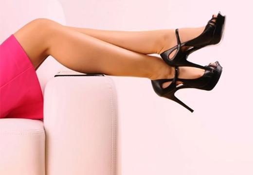 ноги в черных туфлях