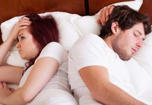 пара в постели мужчина спит