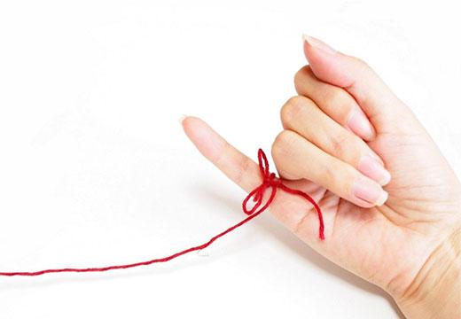 красная нить на пальце