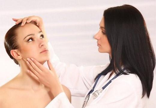 Обследование бородавок дерматологом