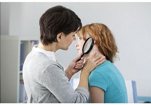 Доктор осматривает девушку