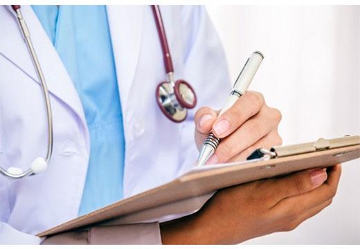 врач диагностирует ВПЧ