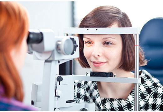 офтальмолог осматривает глаз