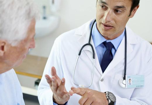 доктор консультирует мужчину