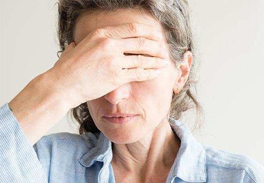 женщина огорчена