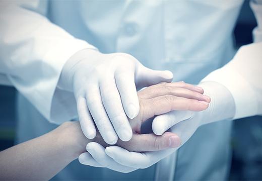 доктор держит руку