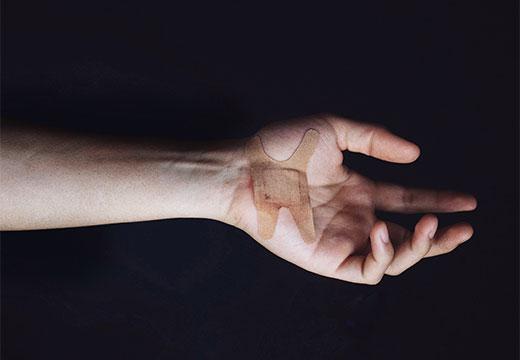 пластырь на руке