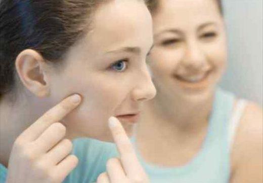 девушка рассматривает щеку