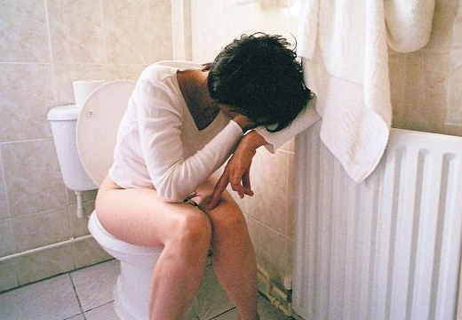 женщина плачет на унитазе