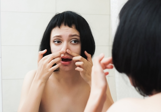 девушка осматривает нос