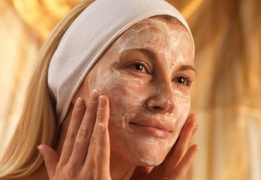 наносить крем на лицо