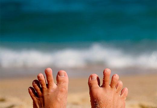 пальцы ног в песке