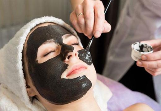 девушке наносят маску