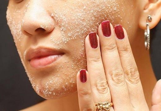 скраб с солью на лице
