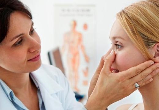 врач смотрит нос