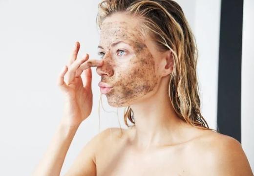 девушка со скрабом на лице