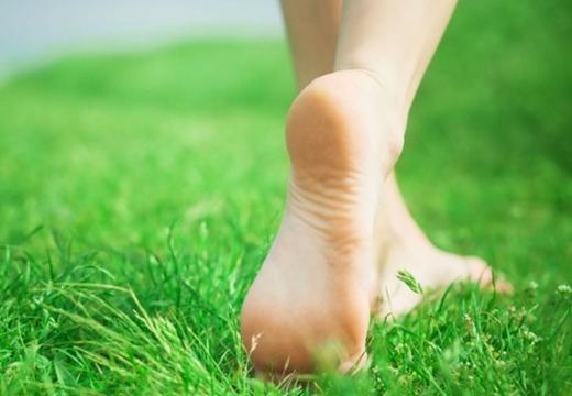 шагать босыми ногами